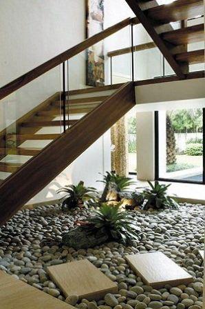 Utiliza el espacio bajo tu escalera para hacer for Jardin interior bajo escalera