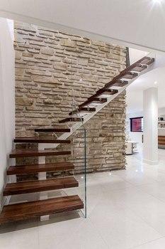 los materiales para las barandillas de las escaleras interiores ms buscados ahora son madera metal barandillas de hierro labrado o los pasamanos que - Escaleras Modernas