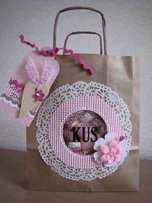 cc3a88746 Puedes añadir moños, blondas, flores de papel, botones y todo lo que se te  ocurra.
