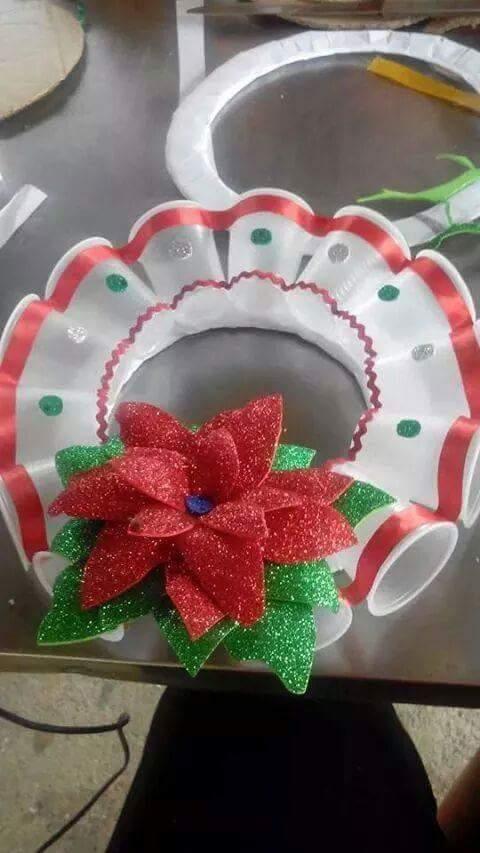 15 ideas para crear coronas navide as con vasos de pl stico - Ideas para hacer adornos navidenos ...