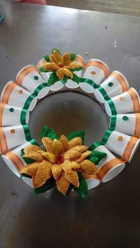 15 ideas para crear coronas navide as con vasos de pl stico - Coronas navidenas faciles ...