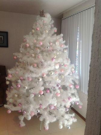 Maneras de decorar un rbol de navidad color blanco Arbol navideno blanco decorado